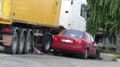 """""""Мерцедес"""" се вряза в ТИР, който зарежда гориво на бензиностанция"""
