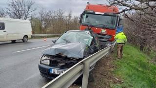 Катастрофа между кола и тир край Шумен прати двама в болница