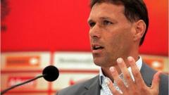 Ван Бастен обяви 30 имена за Евро 2008