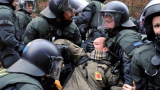Еколози се биха с полицаи заради радиоактивния влак