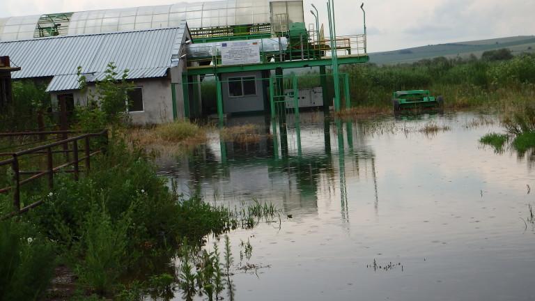 Река Студена преля и наводни стотици декари около русенското село