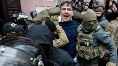 Поддръжници на Саакашвили разбиха полицейска кола и го освободиха
