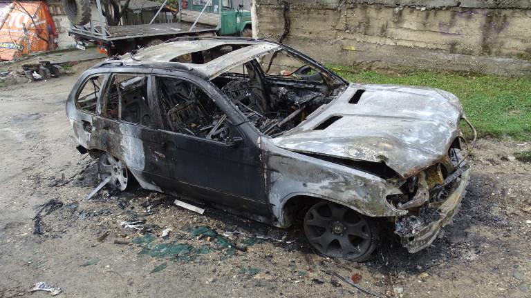 Пет лели автомобила изгоряха до основи тази нощ в