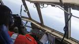 Индонезийските военни оглеждат две петна в Яванско море