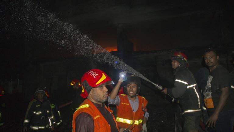 Най-малко 56 души загинаха при пожар в сградата на Чаукбазар,