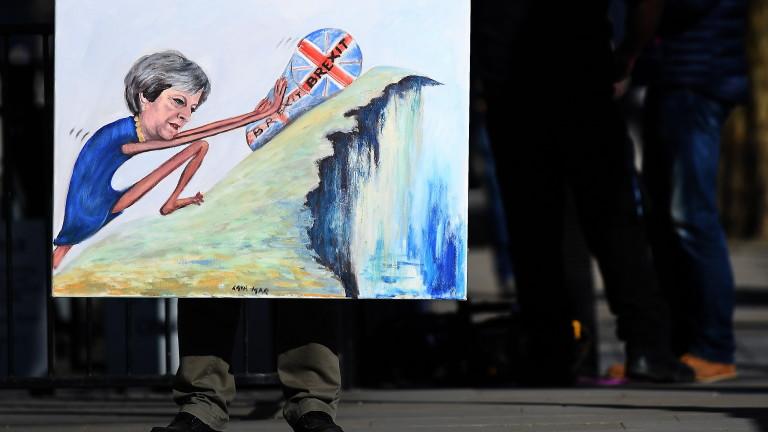 Британският премиер Тереза Мей извади тежката артилерия, за да разясни