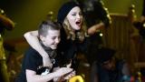 Мадона плаче на сцената за Роко (ВИДЕО)