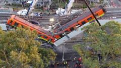 Надлез се срути върху метрото в Мексико