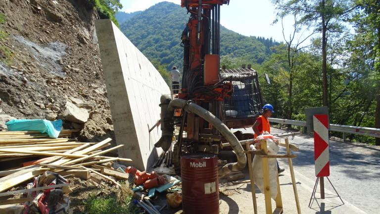 Спират временно укрепването на срутището по пътя за Рилския манастир