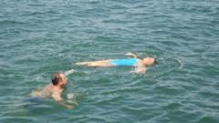 Жена, претърпяла тежък инсулт, плува километри в морето