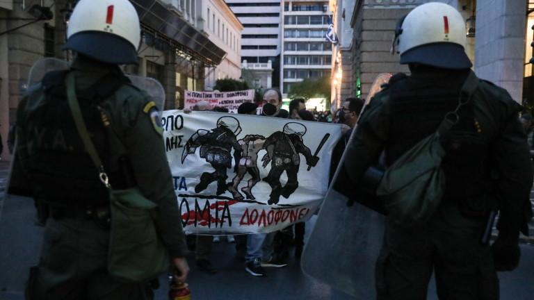 Протест разтърси центъра на Атина в понеделник вечерта, а силите