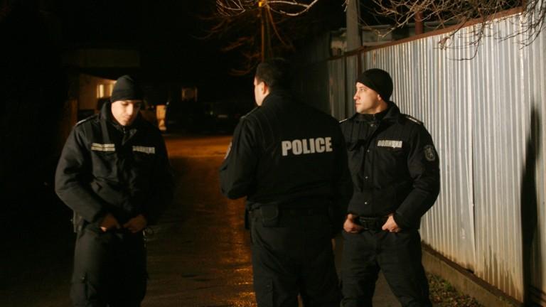 Трима полицаи са пострадали от разбунтували се пияни мъже в