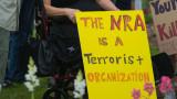 Компании в САЩ късат с оръжейното лоби
