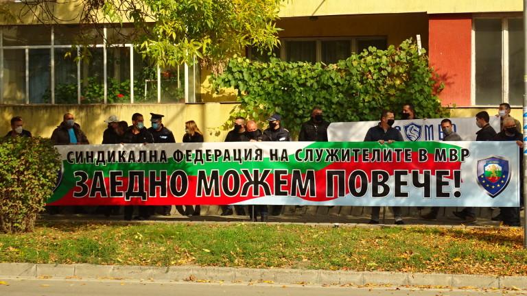 Полицаи от Благоевград излязоха на мълчалив протест, съобщи БНР. По