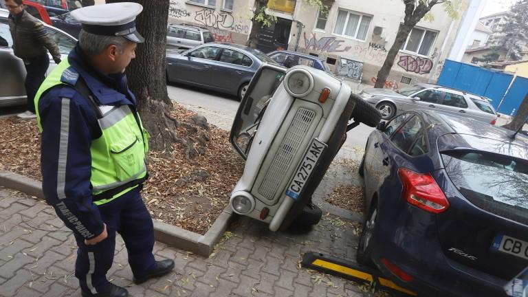 Шофьор обърна чужд автомобил, за да си освободи място за