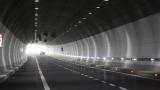 Два дни чистят тунела Топли дол, движението двупосочно