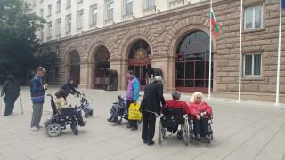 Хора с увреждания и техните близки протестираха пред президентството