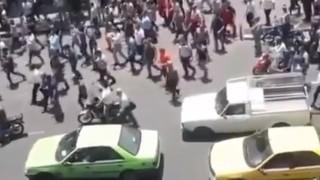 Сблъсъци между полицията и протестиращи в Техеран