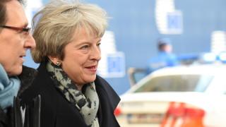 Няма да се оттегля след Брекзит, оставам до 2022 г., потвърди Мей