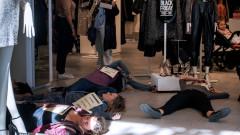 """Климатични активисти блокират """"черния петък"""", пречат на хора да пазаруват по света"""