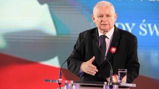 Най-влиятелният политик в Полша хванат да чете книга за котки в парламента