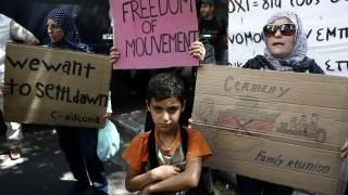 """""""Няма да чакаме повече"""", скандират сирийци пред германското посолство в Гърция"""