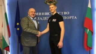 Министър Кралев се срещна с мотоциклетиста Теодор Кабакчиев