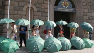 Със зелени чадъри еколози посрещнаха министрите пред МС