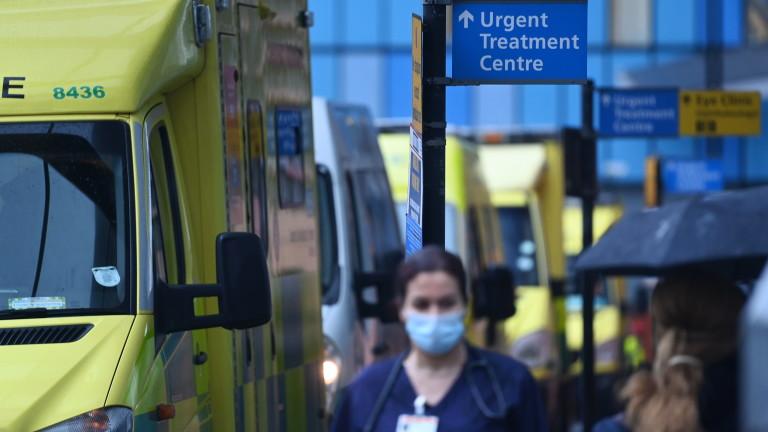 Британия обмисля задължителна ваксинация за здравни служители