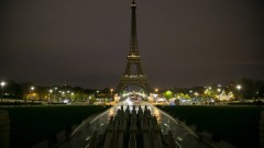 Айфеловата кула загасна в памет на жертвите от Страсбург
