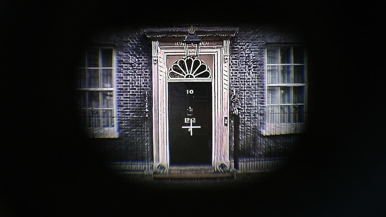 Премиерът на Великобритания Тереза Мей трябва да подаде оставка до