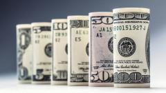 Доларът укрепва трети ден поред