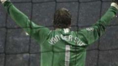 Едвин ван дер Сар остава още една година в Юнайтед