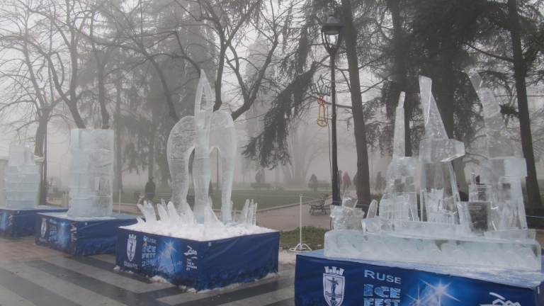 Скулптори от 8 страни ваят ледено царство в Русе