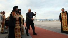 Благодатният огън вече е на българска земя