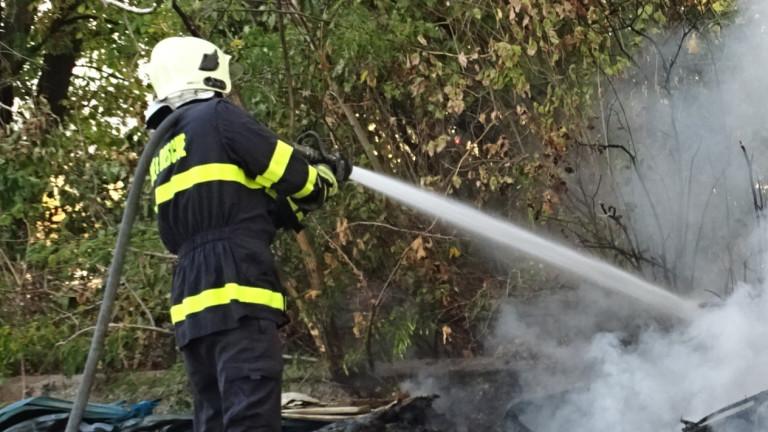 Огнеборци гасят пожар в предприятие за преработка на пластмаси в