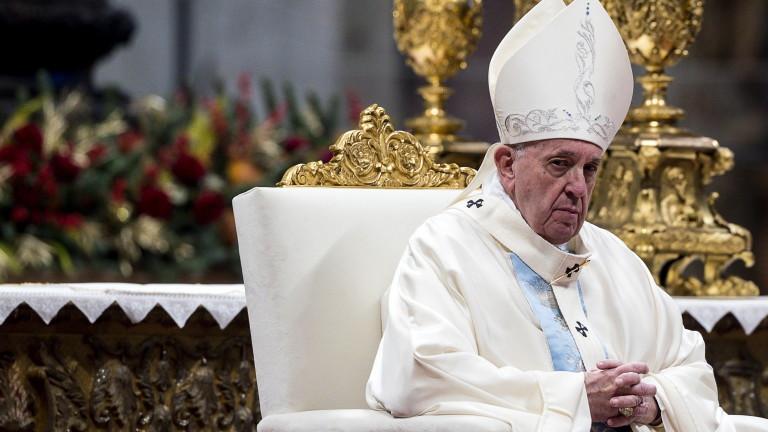Папа Франциск се извини, след като плесна по ръката напориста
