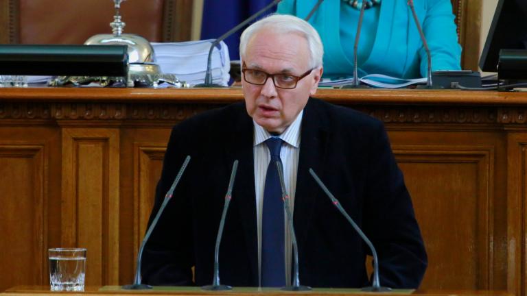 Изборът на Цачева е катастрофален, смята Велизар Енчев
