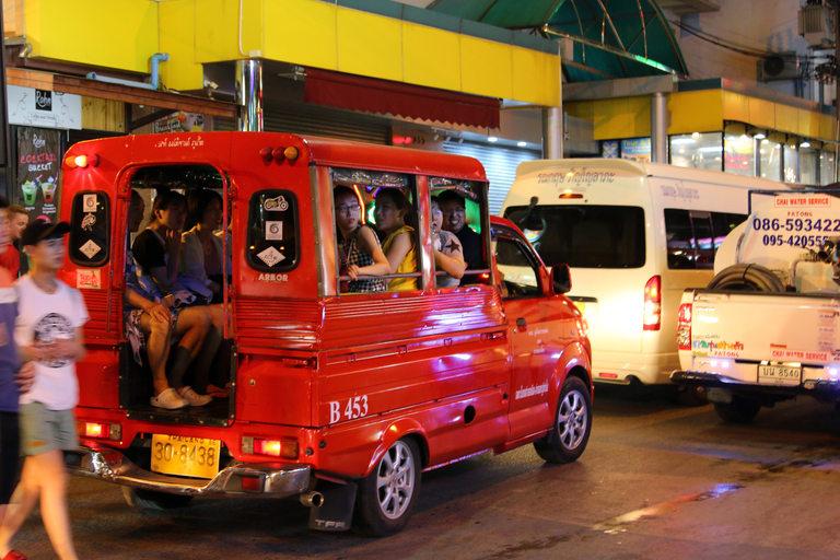 Най-популярно е таксито Тук-тук. Това на снимката е луксозно и голямо. Повечето приличат на рикши за максимум четирима души