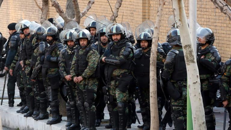"""Кръв и сълзотворен газ на протести срещу """"диктатурата"""" в Иран"""