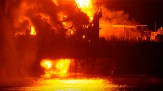 32-ма работници загинаха след пожар на петролна платформа в Каспийско море