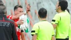 Странен червен картон в Турция, изгониха футболист, който показа повторение от телефона си (ВИДЕО)