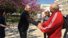 """Министър Кралев посети урок с професионални треньори по лека атлетика в СУ """"Гео Милев"""" във Варна"""