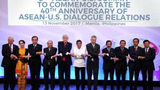 Тръмп гримасничи по време на груповото ръкостискане на срещата на АСЕАН