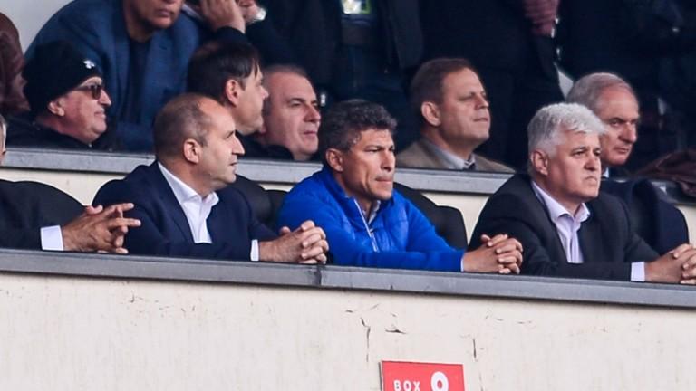 Новият национален селекционер Красимир Балъков изгледа на живо финала за