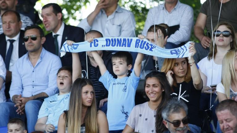 """Еуфория в Русе заради Левски, шествие на """"дракони"""" преди мача"""