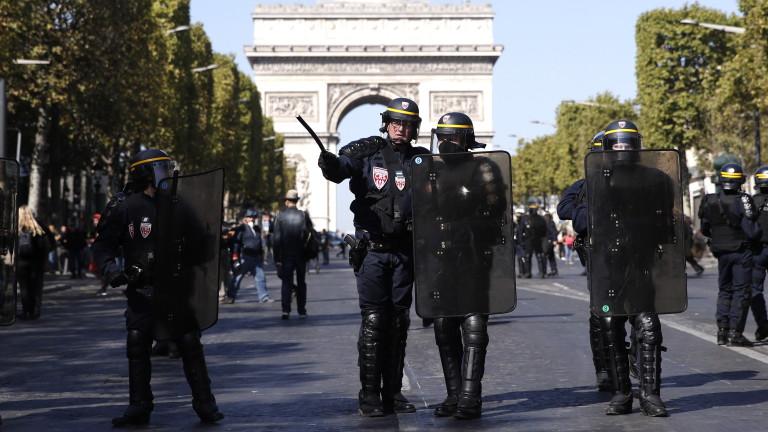 Полицията във френската столица Париж арестува повече от 100 души