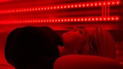 Защо всички говорят за терапията с червена светлина