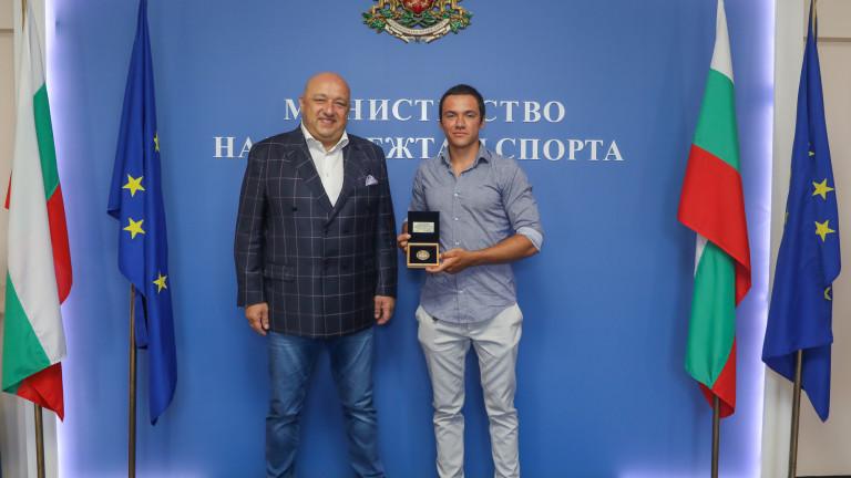 Министър Кралев връчи почетен плакет на Денис Димитров за среброто му от Европейското първенство по кану-каяк