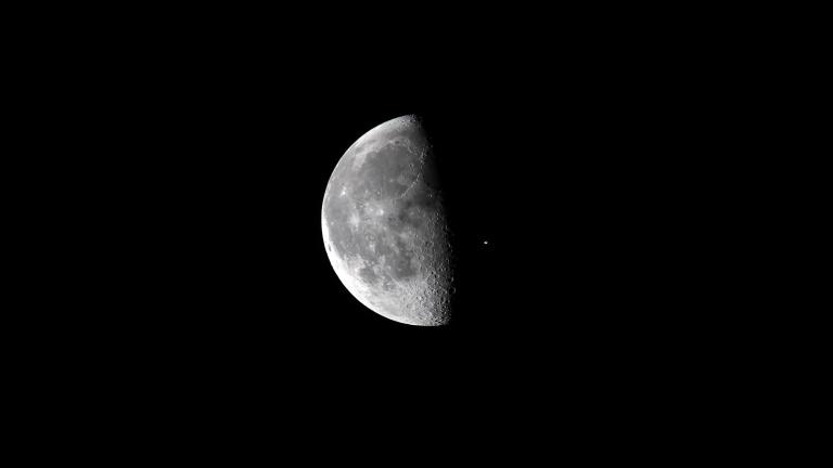 Китайската сонда е на 15 км от тъмната страна на Луната